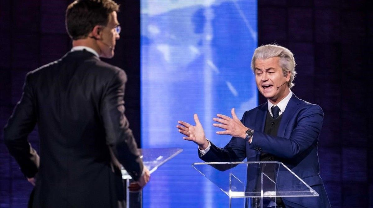 Rutte (izquierda) y Wilders, durante el cara a cara televisivo, el 13 de marzo.