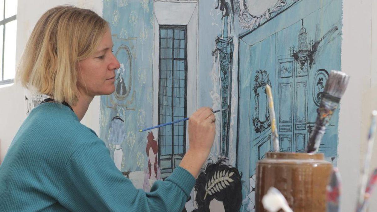 La pintora trabajando en su estudio.