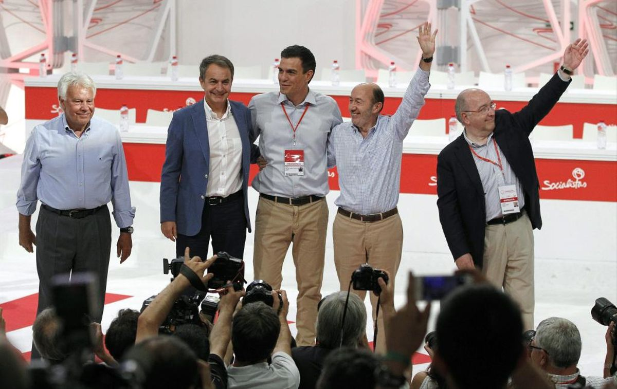 Sánchez aconsegueix sumar González a la foto de la unitat amb Zapatero i Almunia al congrés del PSOE