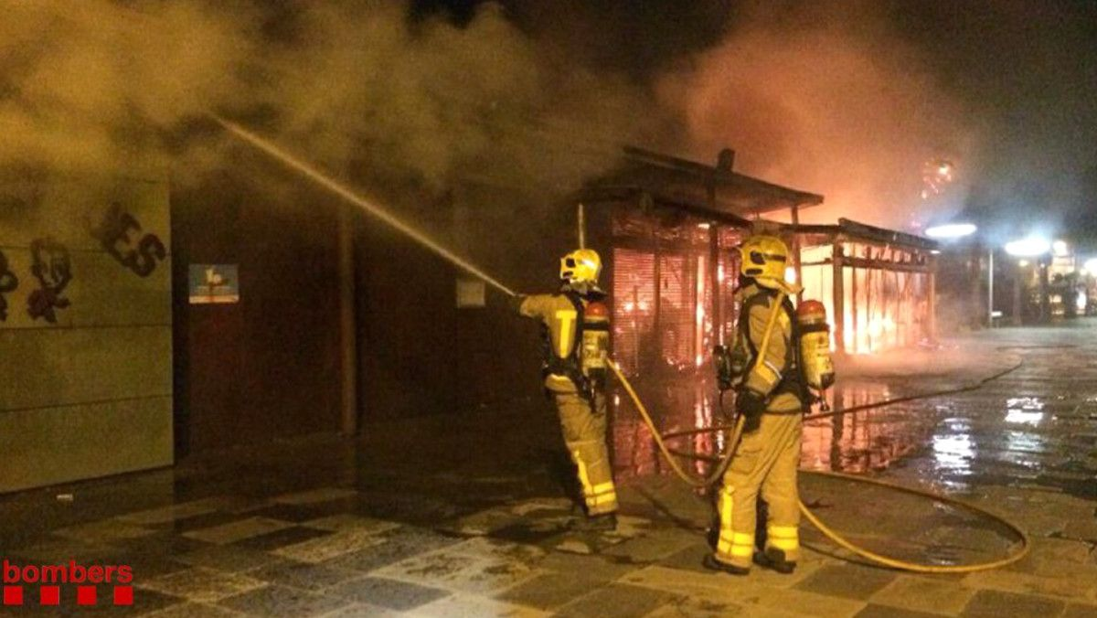 Un incendio destruye un chiringuito del passeig Marítim de Castelldefels.