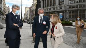 Los presidentes de Deloitte, Fernando Ruiz, y del IEF, Marc Puig, saludan a la vicepresidenta Nadia Calviño, antes de clausurar de la Asamblea del IEF.