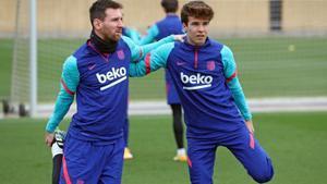 Messi y Riqui Puig, en un entrenamiento en la ciudad deportiva del Barça en Sant Joan Despí.