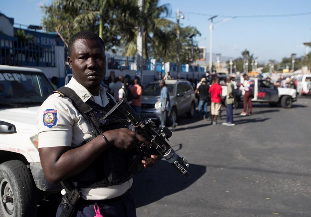 Un polícia de Haitíen medio de latension que se vive en la nacion tras las protestas.