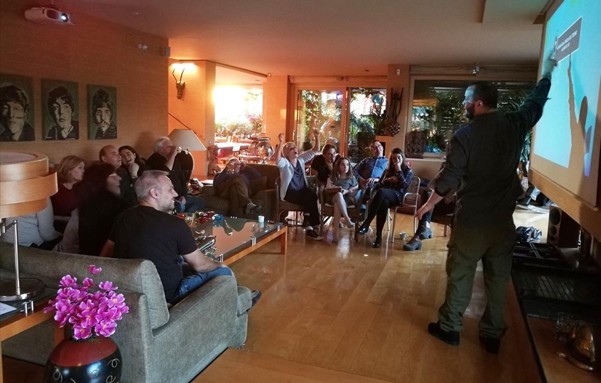 Jordi Cazes ejerce de maestro de ceremonias de un 'trivial' doméstico ideado por TriviaBCN.