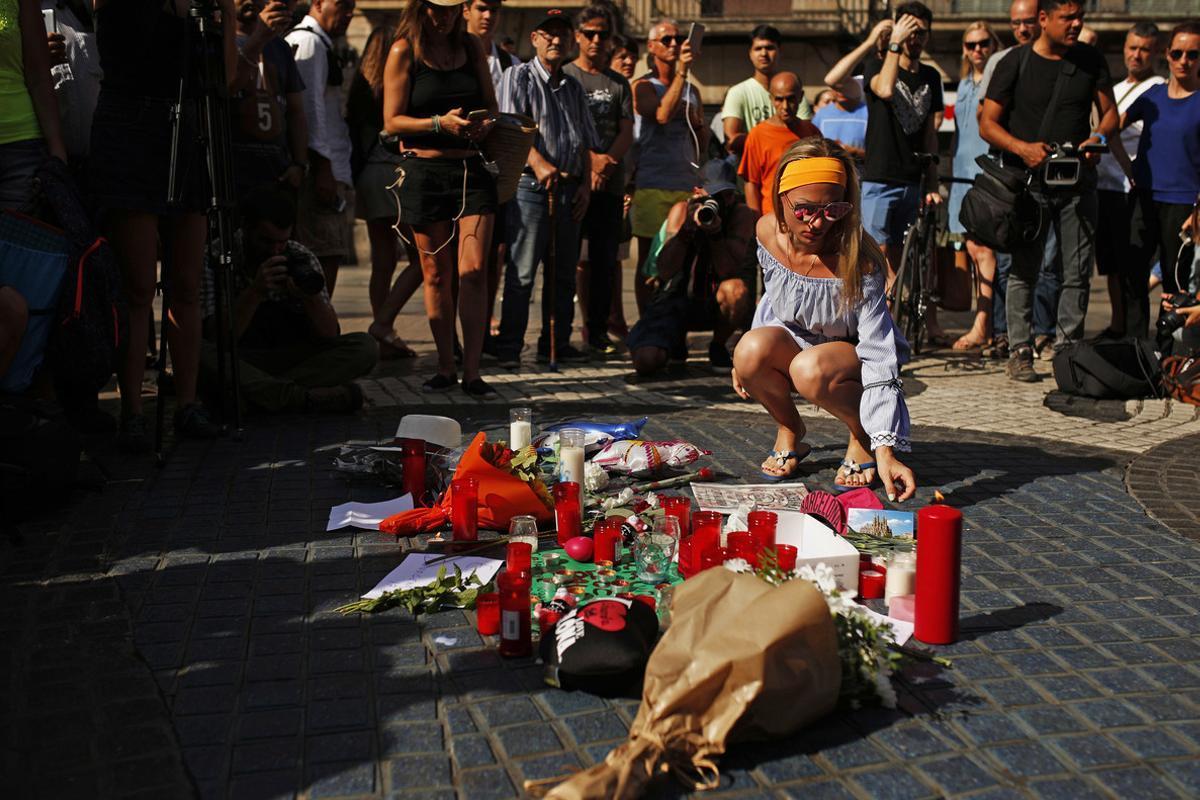Ofrenda floral a las víctimas del atentado.