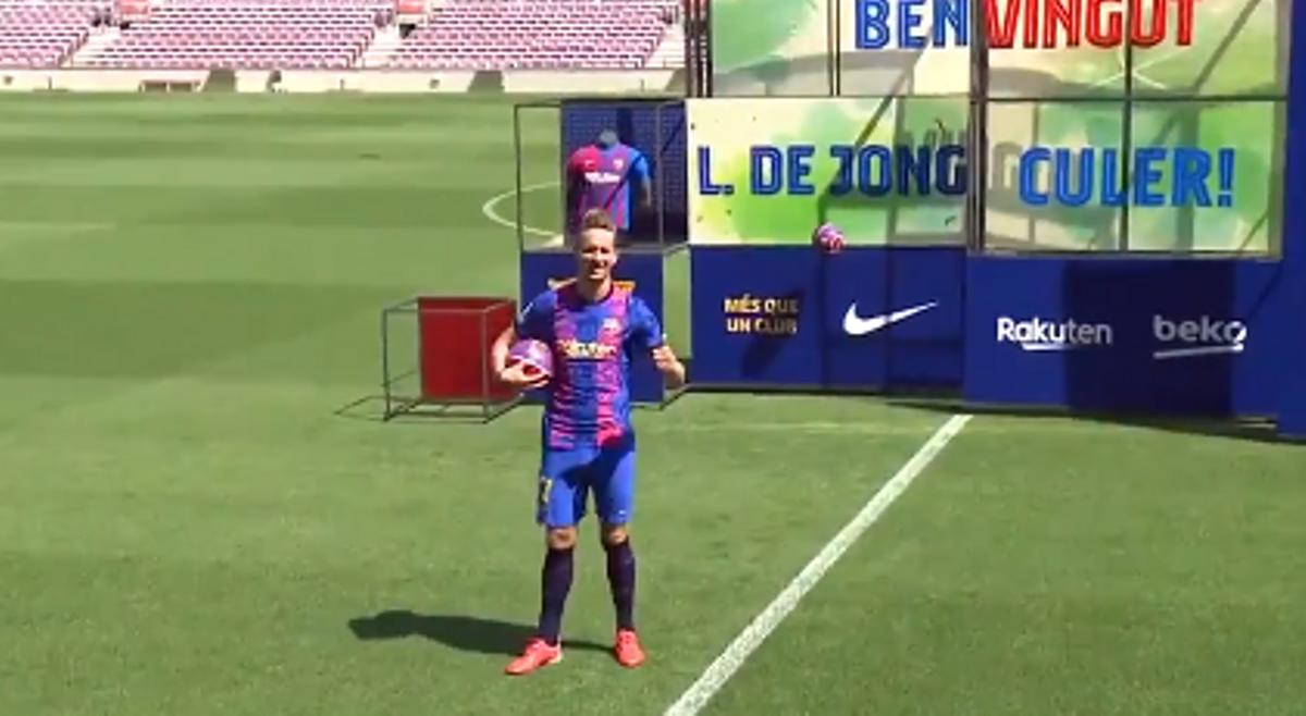 De Jong posa con su nueva camiseta en el césped del Camp Nou
