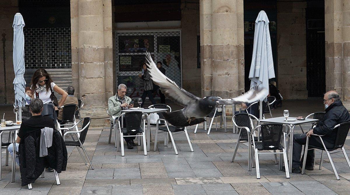 Varios clientes en una terraza en el centro de Bilbao, este lunes,11 de mayo, primer día de la fase 1.