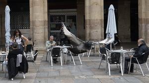 Varios clientes en una terraza en el centro de Bilbao, este lunes, 11 de mayo, primer día de la fase 1.
