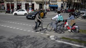 Cruce de las calles de Ausias March y Paseo de Sant Joan donde el viernes tuvo lugar la colision entre un patinete y un taxi con la muerte del joven conductor  del patinete