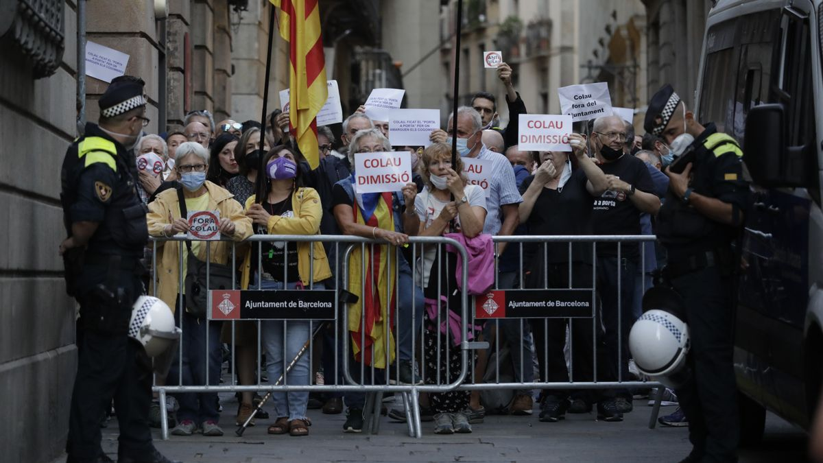Un grupo de personas protesta contra Colau en el carrer Ciutat durante la lectura del pregón de la Festa de la Mercè. Los accesos a la plaça Sant Jaume han sido restringidos.