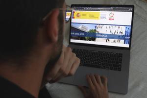 Un usuario, ante la página web del SEPE.