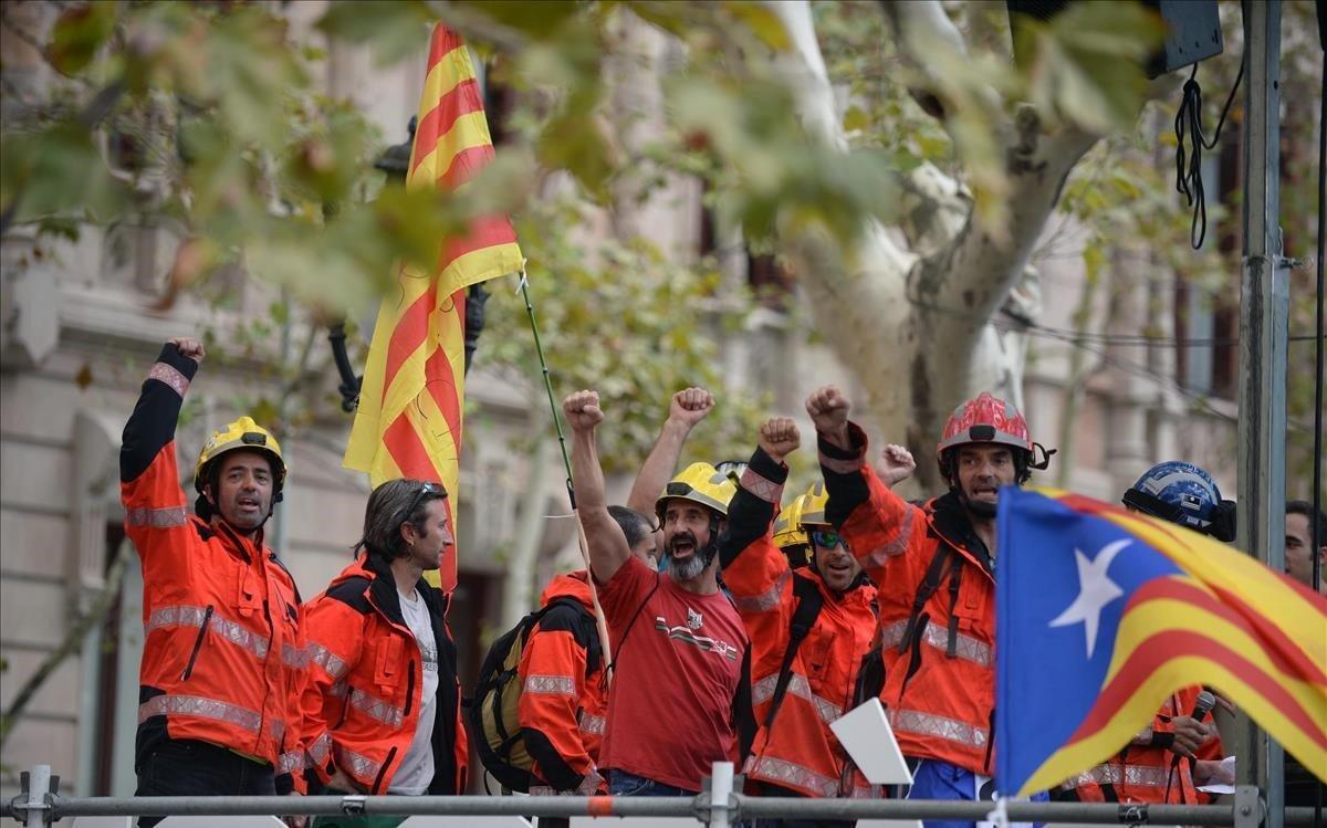 21 de septiembre de 2017. Un grupo de bomberos participa en una concentración ante los juzgados de Barcelona para protestar por las detenciones de personas relacionadas con los preparativos del intento de referéndum del 1-0.