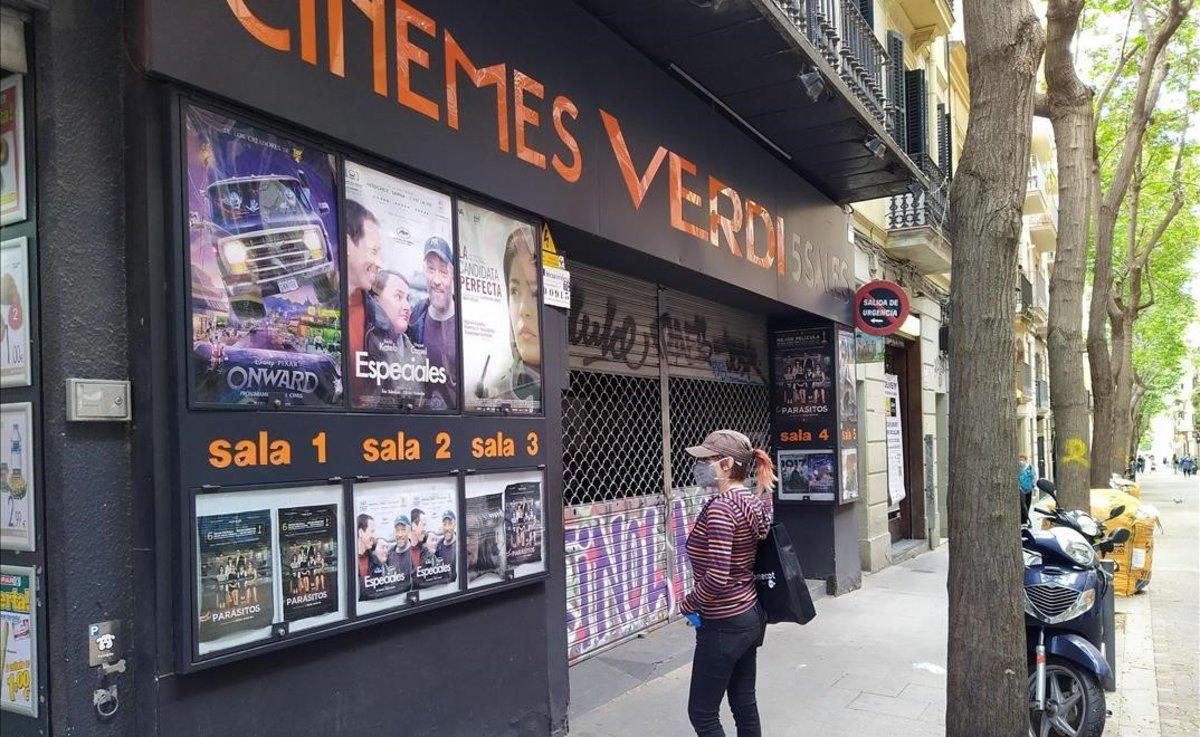 Carteles en el cine Verdi de Barcelona en medio de la pandemia de coronavirus.