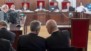 Griñán y Chaves conversan en el banquillo de los acusados, en el inicio del juicio por el 'caso ERE', en diciembre del 2017.