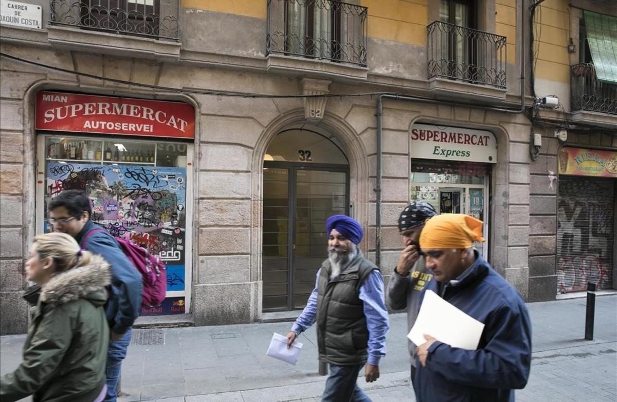 Colmados en la calle de Joaquín Costa, en el Raval.