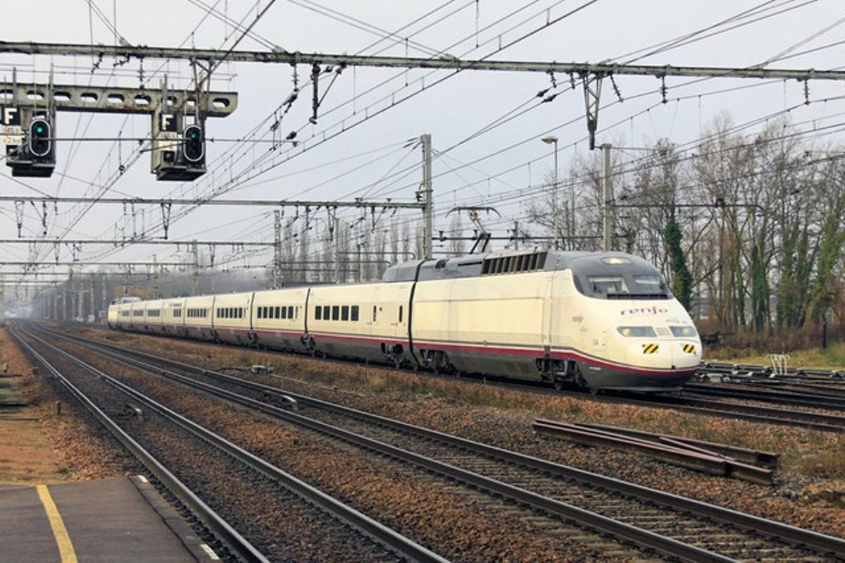 Un tren S100 del AVE, en los alrededores de París.