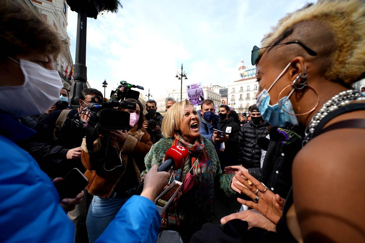 Una votante de Vox se encara con las manifestantes de la concentración feminista, hoy en la puerta del Sol