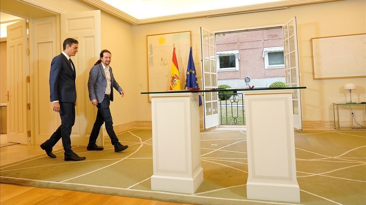 El presidente del Gobierno, Pedro Sánchez, y el líder de Unidas Podemos, Pablo Iglesias, el pasado octubre, cuando firmaron el acuerdo de Presupuestos.