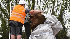 Instalación de la escultura de Karl Marx regalada por el Gobierno chino a Tréveris, su ciudad natal.