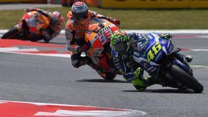 Rossi traza una curva en Montneló seguido de Márquez y, a lo lejos, Pedrosa.