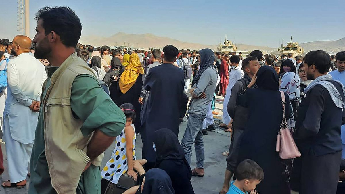 Los afganos ocupan la pista del aeropuerto de Kabul.