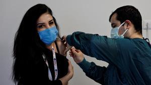 La joven turca Senay Salman recibe la vacuna de Pfizer-BioNTech en un hospital de Estambul, este viernes.