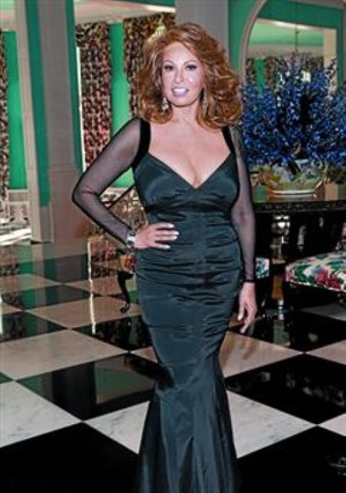 Raquel Welch, con el famoso biquini de 'Hace un millón de años'. A la derecha, el pasado mes de julio, en la gala de los premios Tony, en Nueva York.