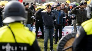 Manifestantes en Ámsterdam contra el covid.