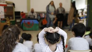 Unas madres cuentan cuentos tradicionales, adaptados a la realidad gitana, en el colegio Enric Granados de Barcelona.