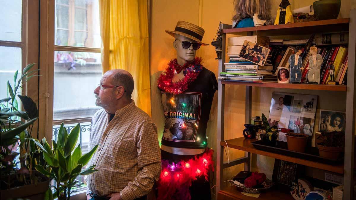 El activista Jordi Petit, junto a su peculiar árbol de Navidad.