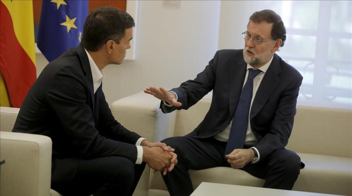 Sánchez y Rajoy, este jueves en el palacio de la Moncloa.