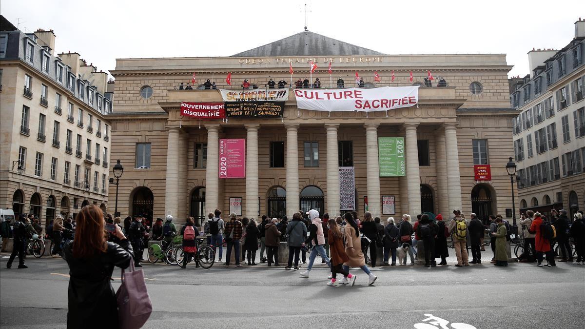 Protesta de los trabajadores de la cultura en el Odeón de París, donde colgaron pancartas reclamando la reapertura de teatros, cines, auditorios y museos en Francia.