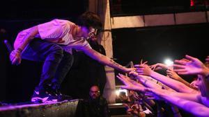 El rapero estadounidense Lil Xan saluda a sus fans, este martes en el concierto en Razzmatazz
