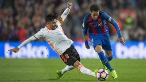 Neymar elude la entrada de Enzo Pérez y se escapa en una jugada que no acabó en gol por poco.