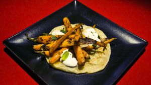 Cómo preparar zanahoria 'tandoori' con pepino y yogur especiado.