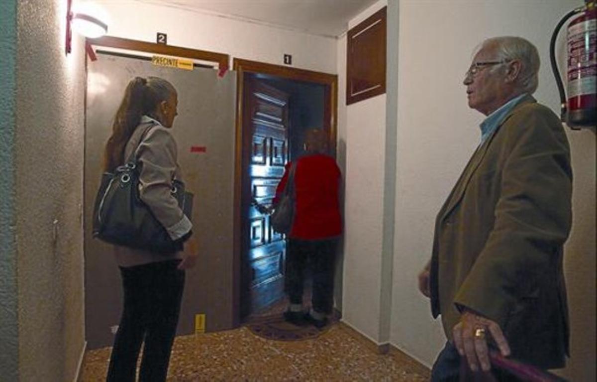 El concejal Salvador Lerma, ante un piso con blindaje de acero en la puerta.