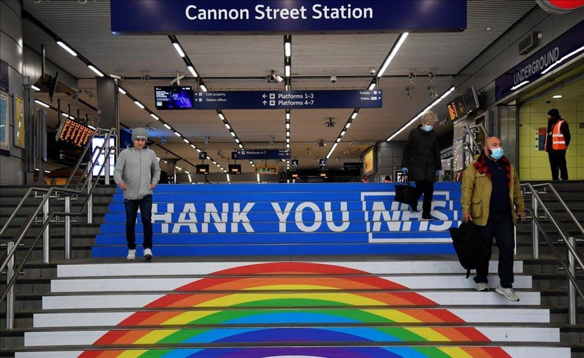 Mensaje de agradecimiento al sistema nacional de salud británico en las escaleras de la estación de metro de Cannon Street.
