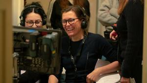 La directora de Hope, Maria Sodahl, sonriendo durante el rodaje.