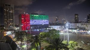 El edifico de Gobierno deTel Aviv se ilumina con las banderas de los Emiratos Árabes Unidos e Israel.