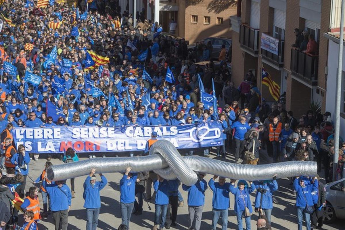 Manifestantesprotestando contra el nuevo proyecto hidrológico del Delta del Ebre.
