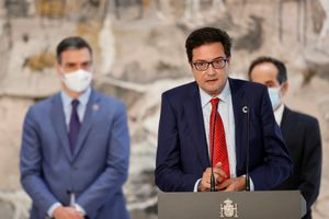 El nuevo director de Gabinete de Pedro Sánchez, Óscar López, este 28 de julio de 2021 durante la toma de posesión de su cargo en la Moncloa. Detrás, el jefe del Ejecutivo y el nuevo secretario de Estado de Comunicación, Francesc Vallès (d).