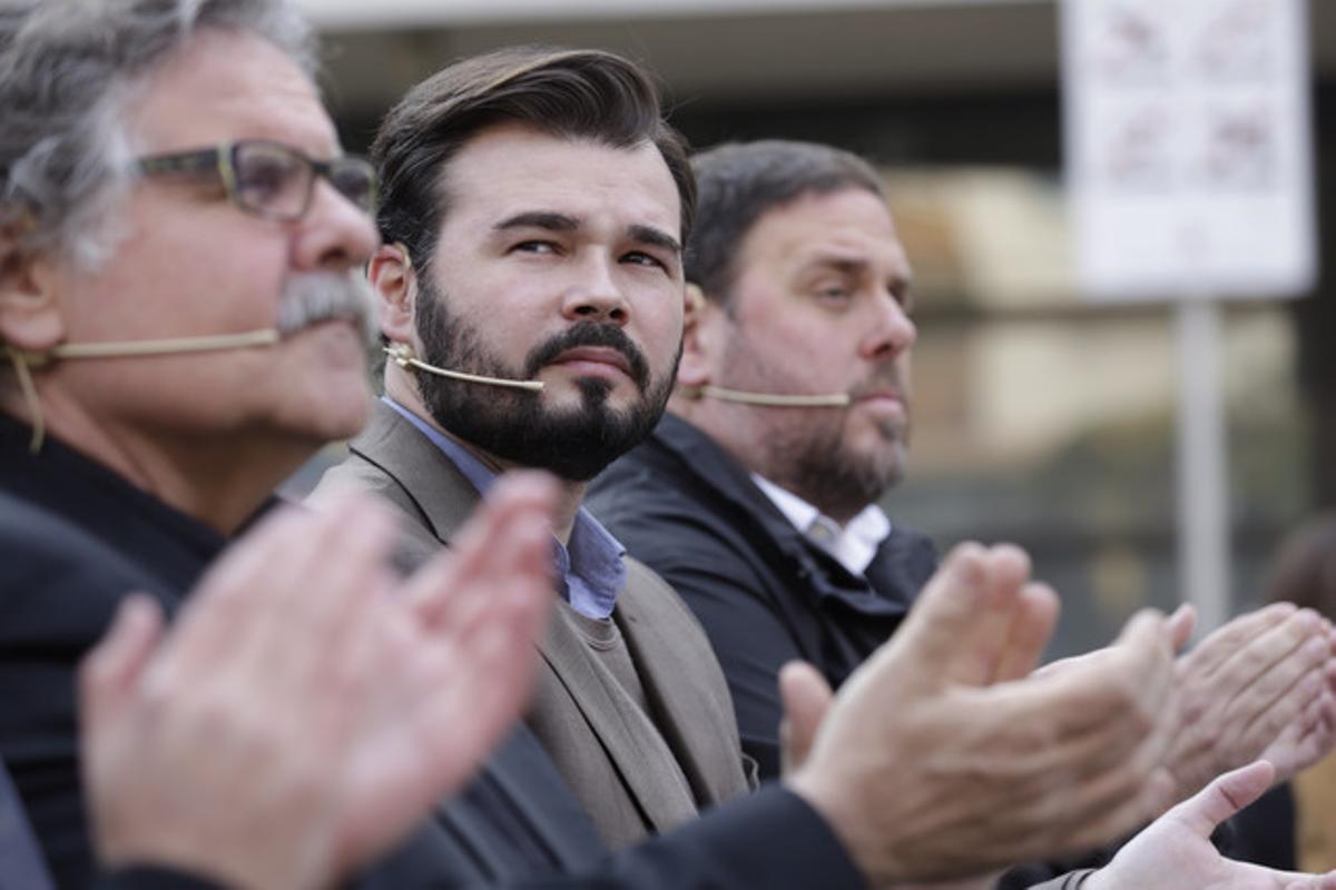 Joan Tardà, Gabriel Rufián y Oriol Junqueras, en un mitin de ERC en Sant Adrià deBesòs, el domingo.