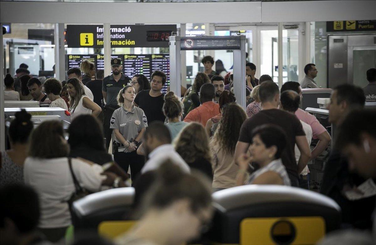 El aeropuerto de El Prat, durante la jornada de huelga de vigilantes.