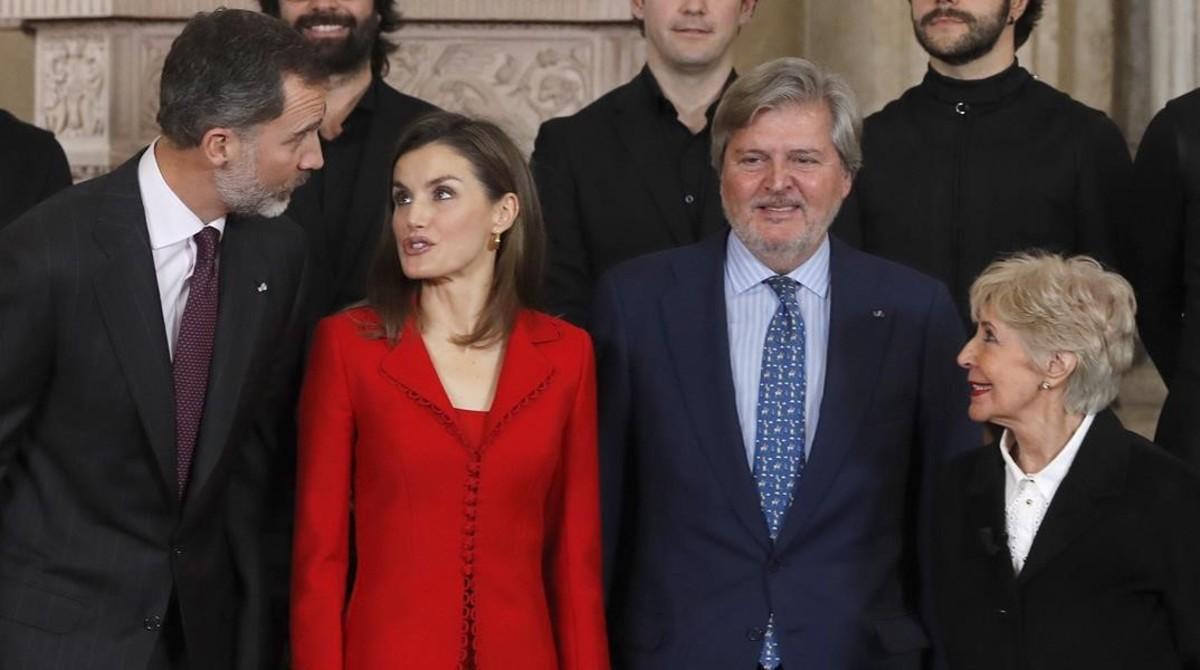 Felipe, el dia de su 49º cumpleaños, y Letizia conversan con Íñigo Méndez de Vigo y Concha Velasco, en el acto que clausura la conmemoración del cuarto centenario de Cervantes.