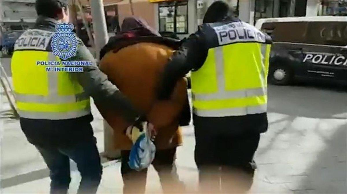Agentes de la Policía Nacional detienen a uno de los integrantes del grupo.