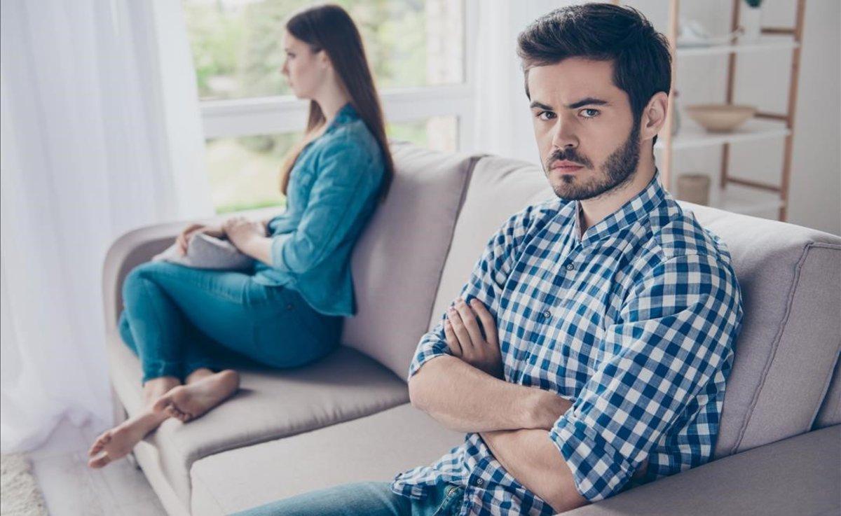 Una pareja sin hablar tras una discusión.