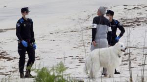 Dos policías de Vigoexpulsan a un ciudadano con su perro de la playa de Las Barcas, eldomingo 26 de abril.