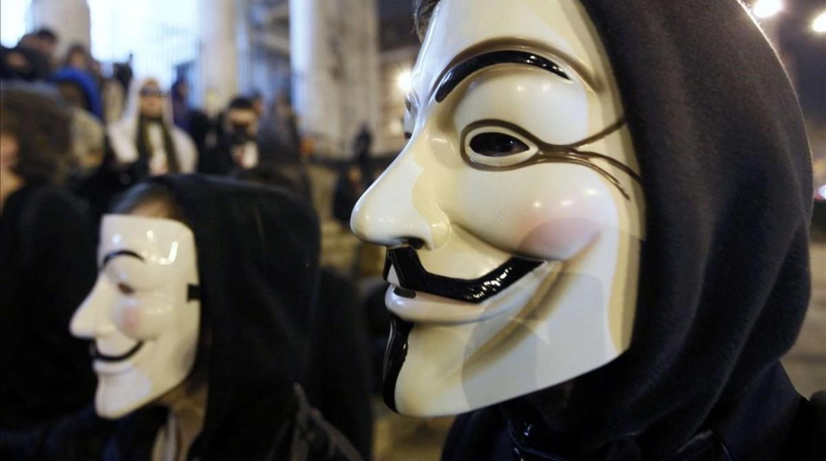 Manifestantes protestan en Bruselas con máscaras aludiendo a Anonymous.