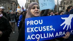 Una manifestante a favor de la acogida de refugiados, en Barcelona.