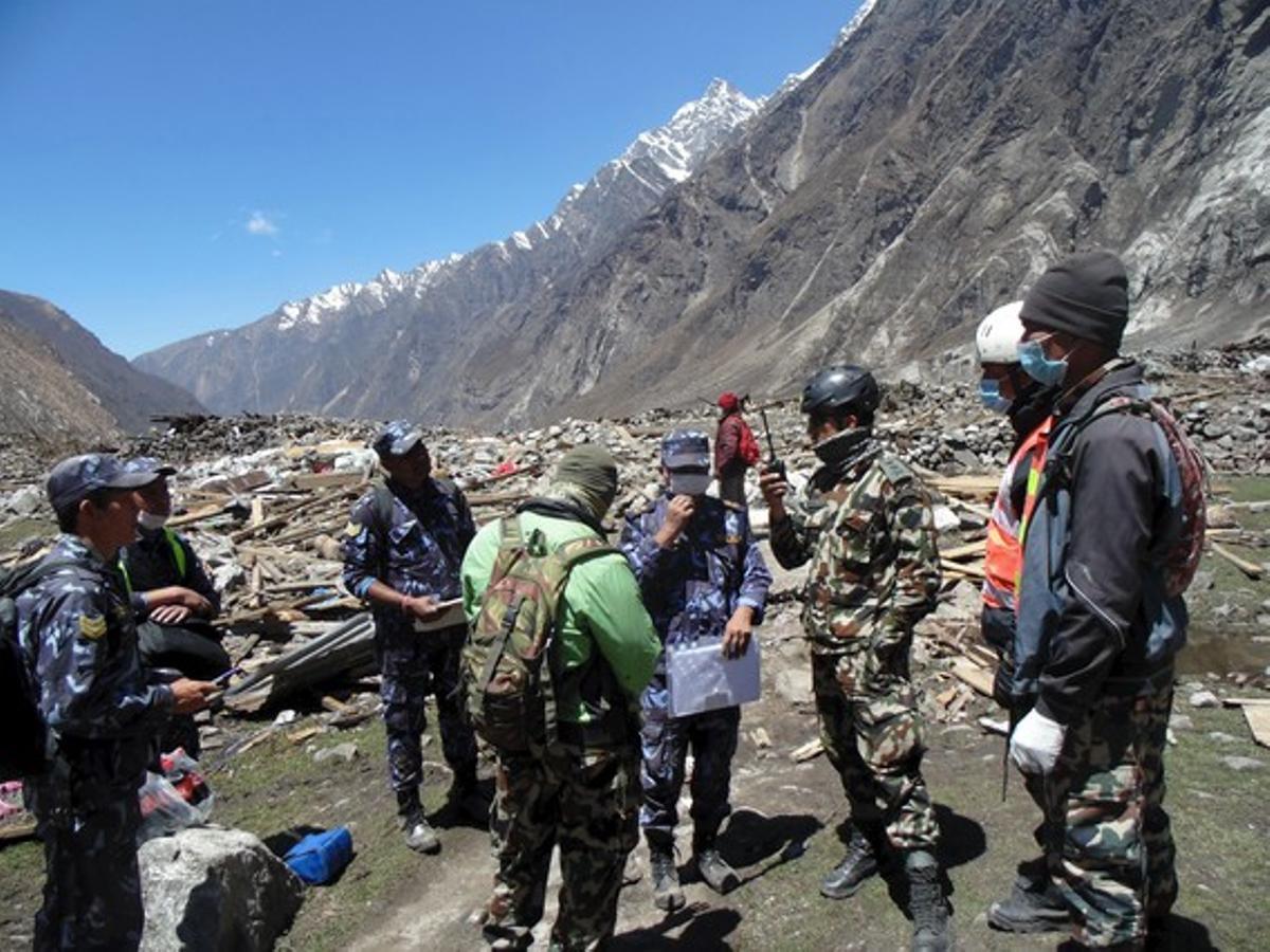 Soldados participan en tareas de rescate en Langtang (Nepal).